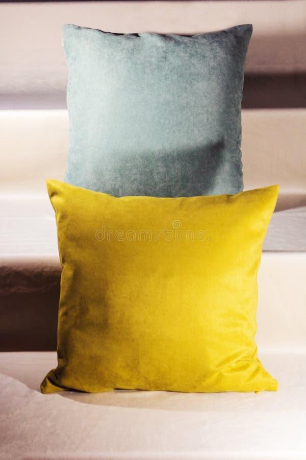 Teal et oreillers jaunes sur des escaliers de velours images libres de droits