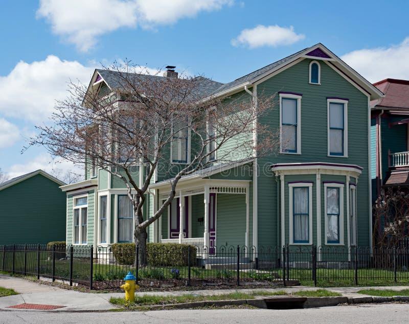 Teal Victorian Corner House avec des accents pourpres image stock