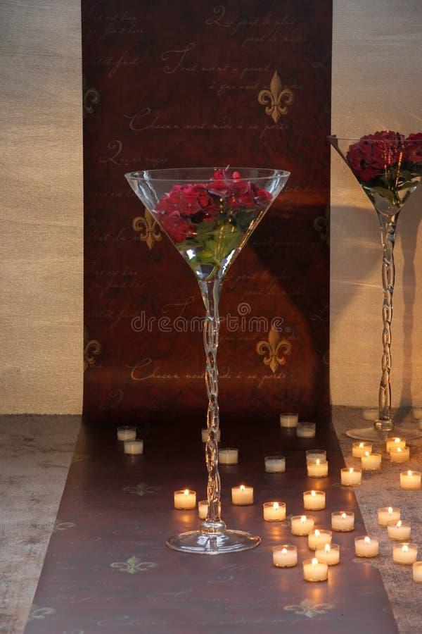 tealight βάζο και υφαντική διακόσμηση μπροστά από μια ταπετσαρία και στοκ φωτογραφία