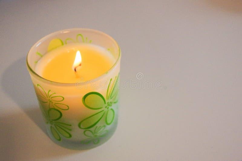 Tealight romântico dourado nos glas, vela em uma tabela fotografia de stock royalty free