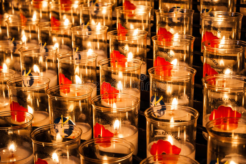 Tealights mit Mohnblumen gegen den Weltkrieg lizenzfreie stockfotos