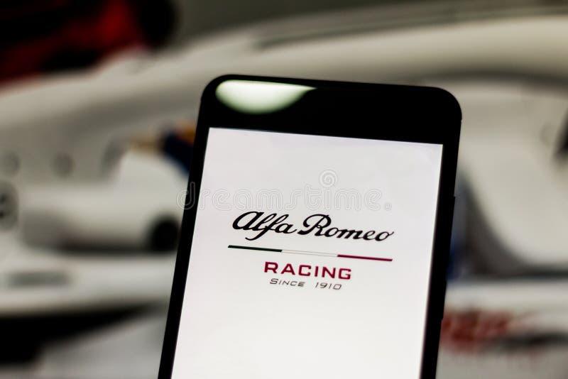 Team Alfa Romeo Racing Formula 1 logo sur l'écran de périphérique mobile L'alpha Romeo Racing conteste le championnat de sport mé photo libre de droits