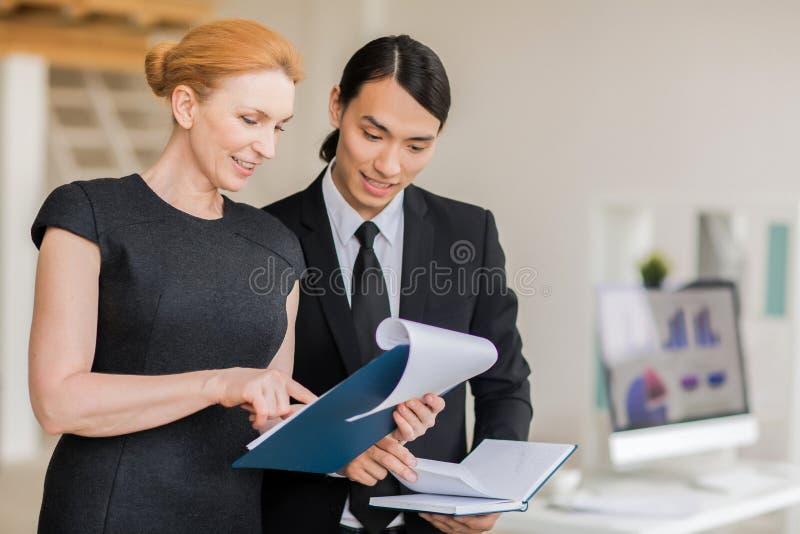 Team Analyzing Financial Figures royalty-vrije stock foto's
