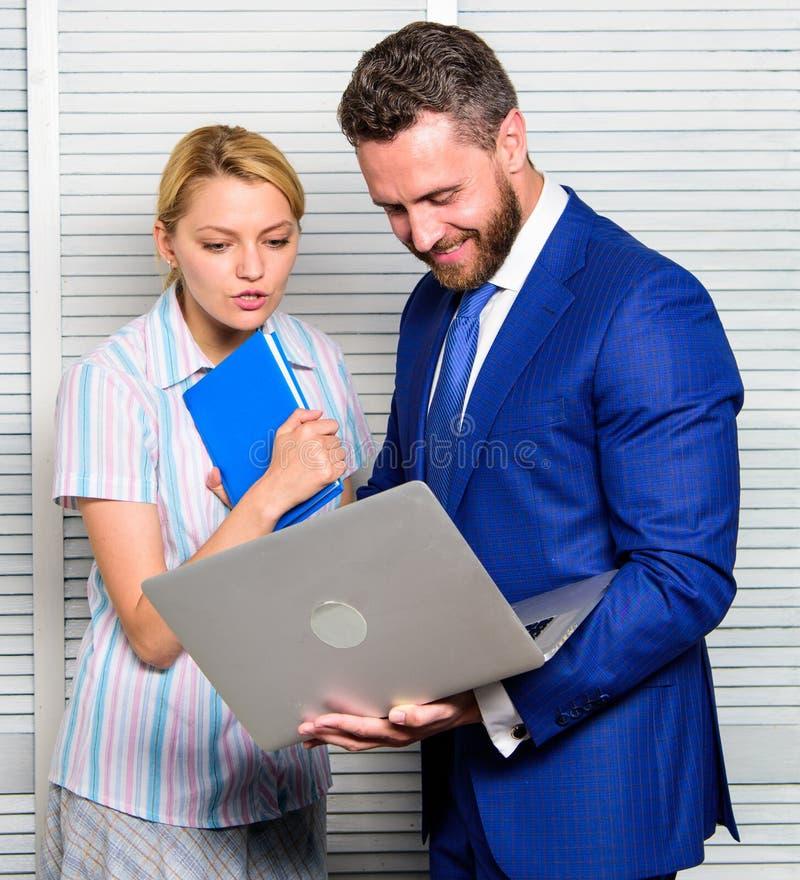 Team Arbeit Gleichheit und Respekt Gespräch zwischen Kollegen Chef und Arbeitskraft besprechen Geschäft Beziehungen an stockfotografie