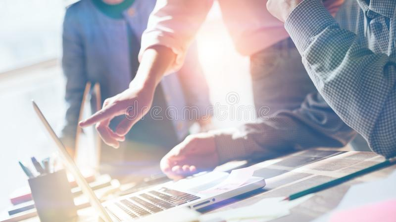 team arbete Forska för ny produkt Startup besättning i vindkontor Filmeffekt och linssignalljuseffekt royaltyfri bild