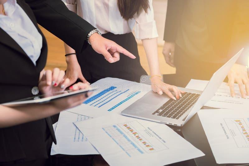 Team arbetsmötet och diskussionen av brainstoren för marknadsföringsstrategi royaltyfri fotografi