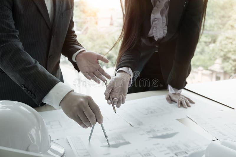 Team Architect arbete och avdelare förestående med det blåa trycket royaltyfri bild