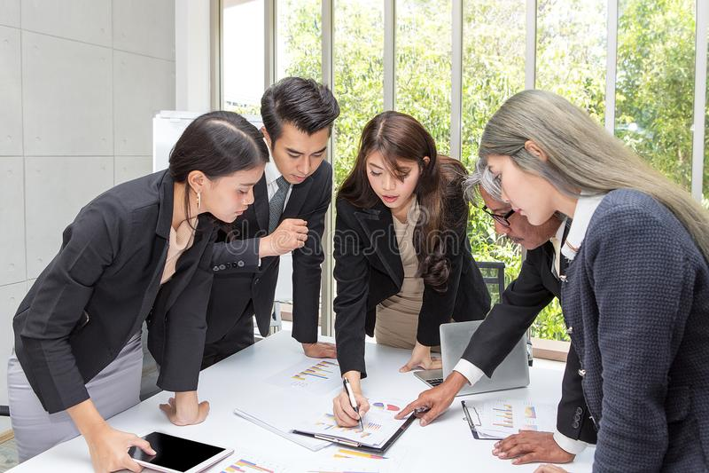 Team bedrijfs werkende vergaderzaal op het kantoor Drie arbeiders stock afbeeldingen