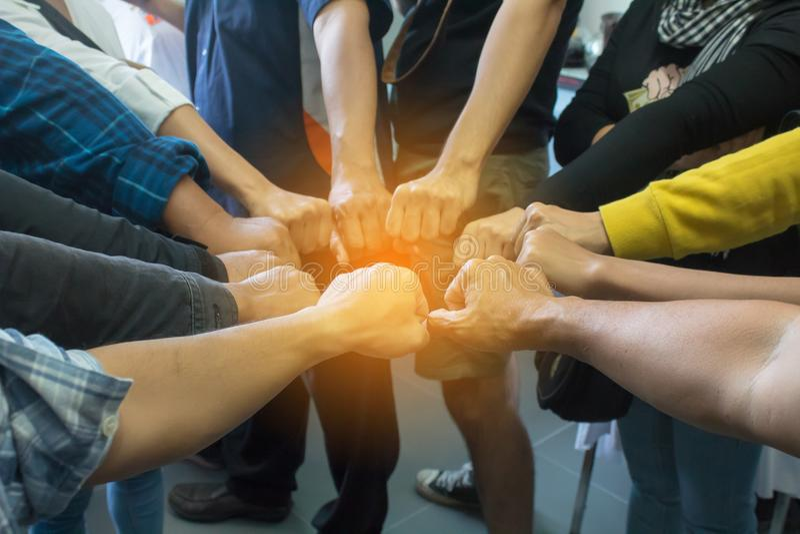 Team Business Partners Giving Fist-Stoß zum Gruß beginnen oben Pro stockbilder