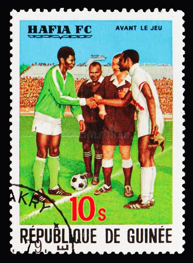 Team Captains y árbitros, el 3ro ganar de la taza africana del fútbol por el serie del club del fútbol de Hafia, circa 1979 foto de archivo libre de regalías