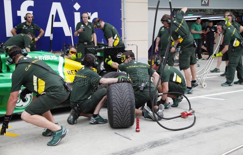 Team Caterham-Renault faisant la pratique des pneus changeants et du réapprovisionnement en combustible photo stock