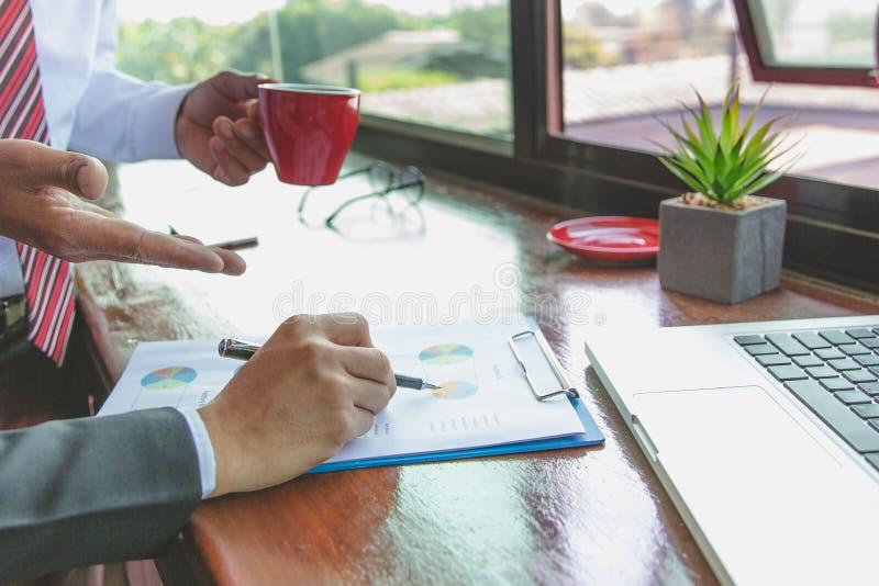 Team commerci?le vergaderingspresentatie, Bedrijfsmensen die de grafieken en de grafieken bespreken die de resultaten van hun suc royalty-vrije stock afbeelding
