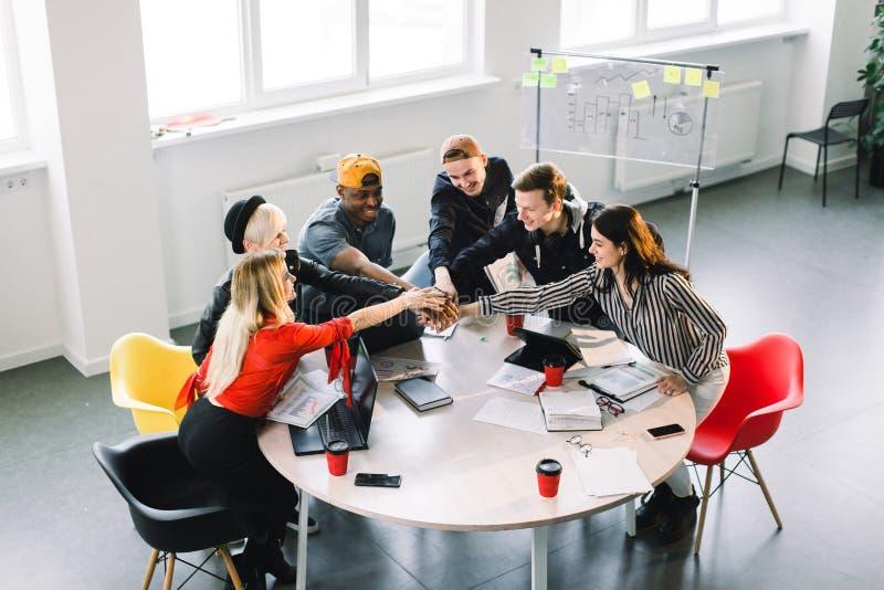 Team Communication Peça da vista superior de um grupo de seis jovens no vestuário desportivo que discutem algo com o quando do so imagens de stock