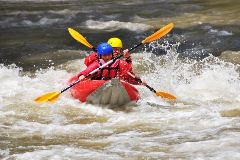 Team, das als Extrem- und Spaßsport Kayak fährt lizenzfreie stockbilder