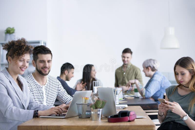 Team, das in der internationalen Firma arbeitet lizenzfreie stockfotos