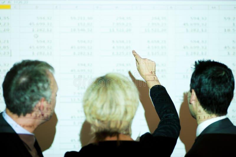 Team dat een spreadsheet bespreekt royalty-vrije stock fotografie