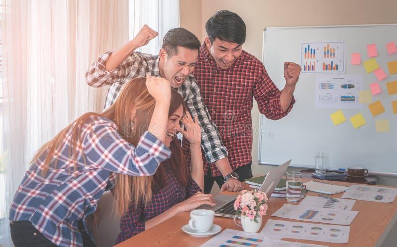 Team dat het succes van het teamwerk het winnen gebaar in commercieel team toont stock foto
