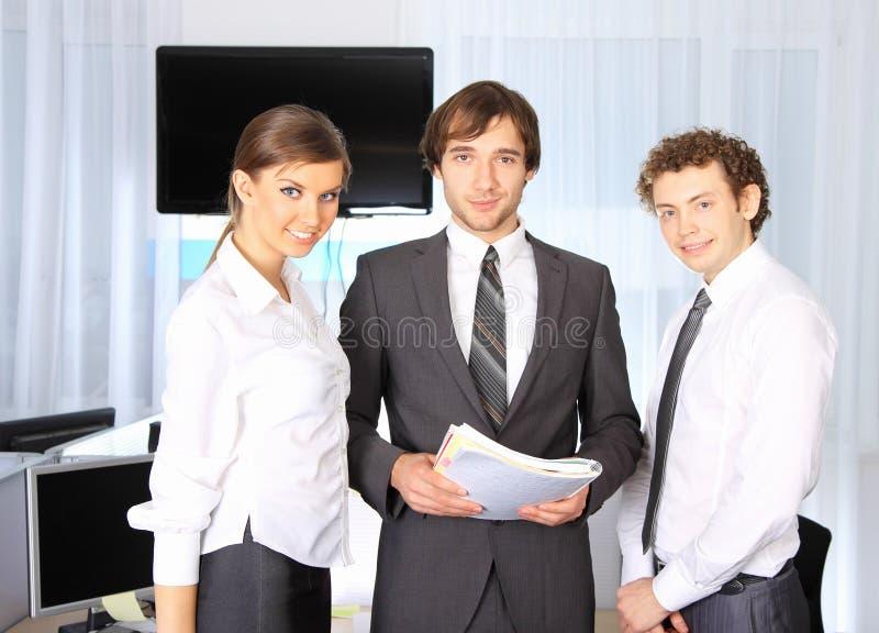 team dat op kantoor werkt stock foto