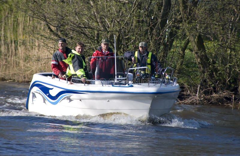 Team in de visserij van motorboot   stock fotografie