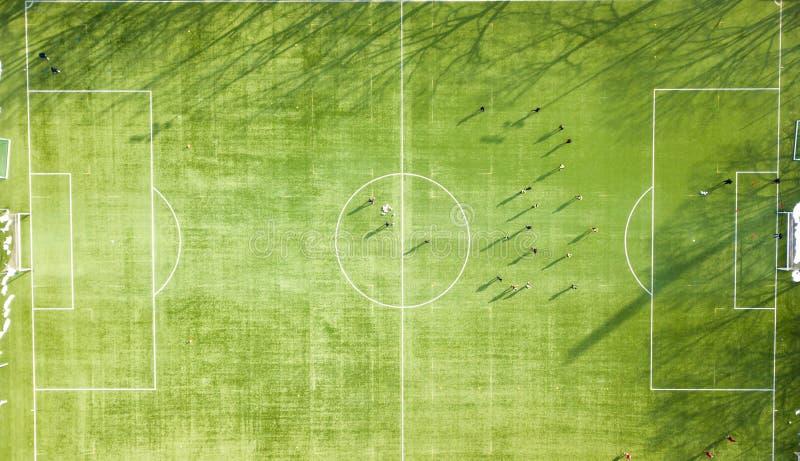 Team de voetbalzitting van het opleidingsvoetbal over de groene hoogte van FO royalty-vrije stock foto