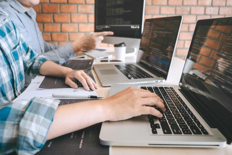 Team der Berufsentwicklerprogrammierer-Zusammenarbeitssitzung und des Gedanklich lösens und der Programmierung in der Website, di stockfoto