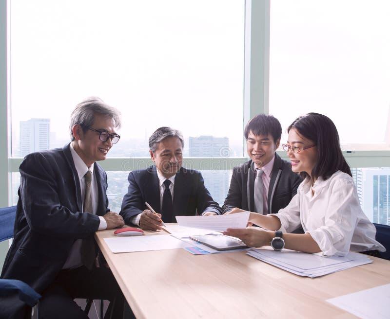 Team der Geschäftsmann- und Frauenprojektsitzungs-Teamarbeit und weg stockbilder