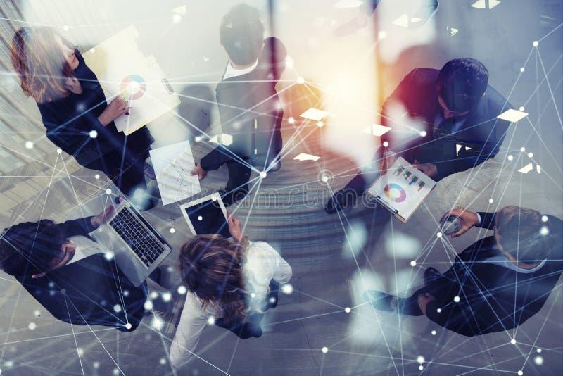 Team der Geschäftsperson arbeitet zusammen an Firmenstatistiken Shooted von oben genanntem Konzept der Teamwork und der Partnersc lizenzfreies stockfoto