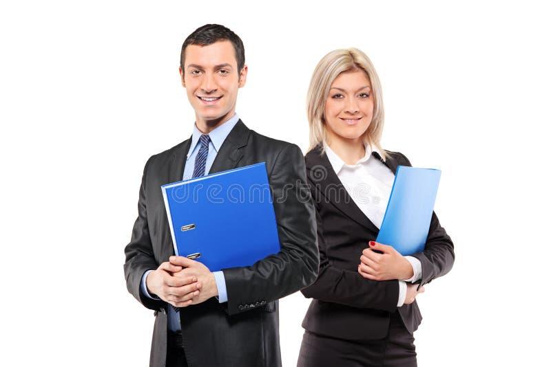 Team der glücklichen Wirtschaftler, die ein fascicule anhalten stockfoto