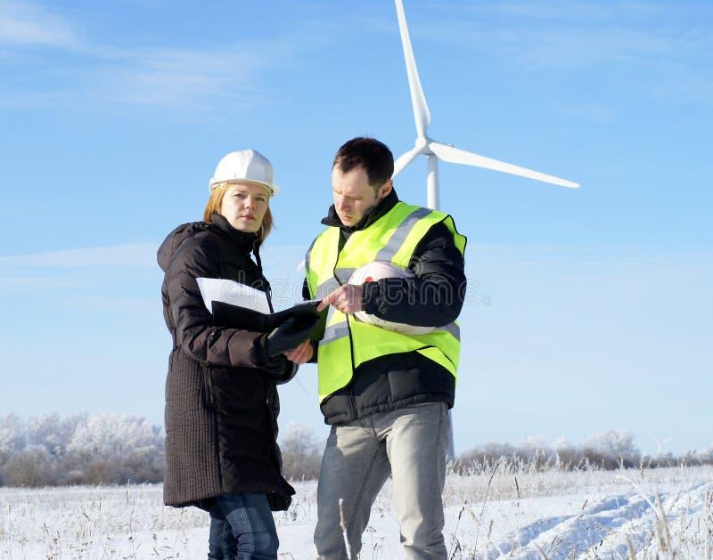 Team der Ingenieure mit Windkraftanlagen lizenzfreies stockfoto