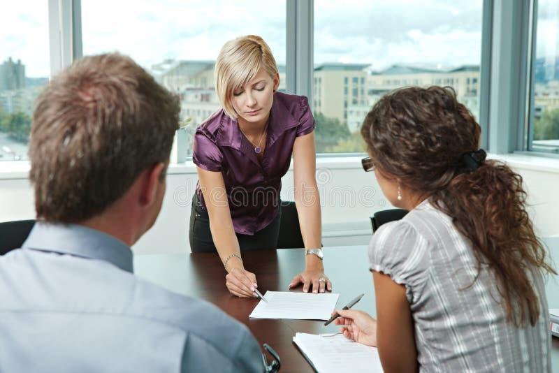 Geschäftsleute bei der Sitzung lizenzfreie stockfotografie