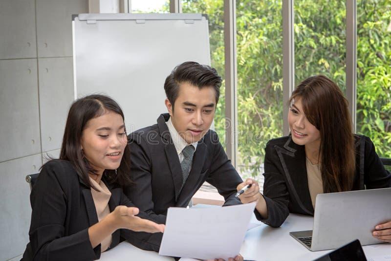 Team des asiatischen Geschäfts aufwerfend im Konferenzzimmer Arbeitsbrainstorming an der geräumigen Chefetage im Büro Asiatische  lizenzfreies stockbild