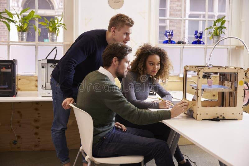 Team Of Designers Working With 3D skrivare In Design Studio arkivfoto