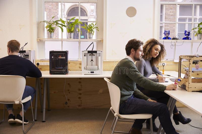 Team Of Designers Working With 3D skrivare In Design Studio arkivbild