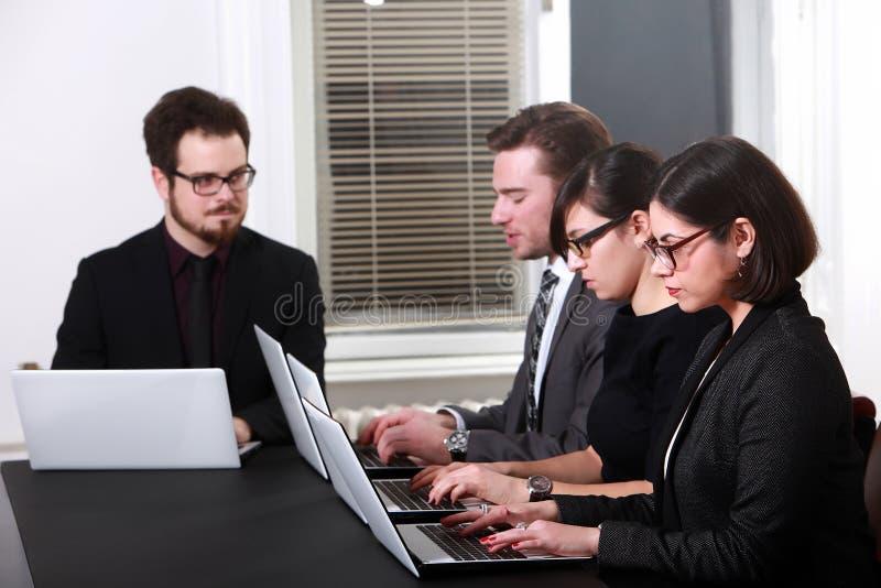 Team die in bedrijfsbureau werken royalty-vrije stock foto's