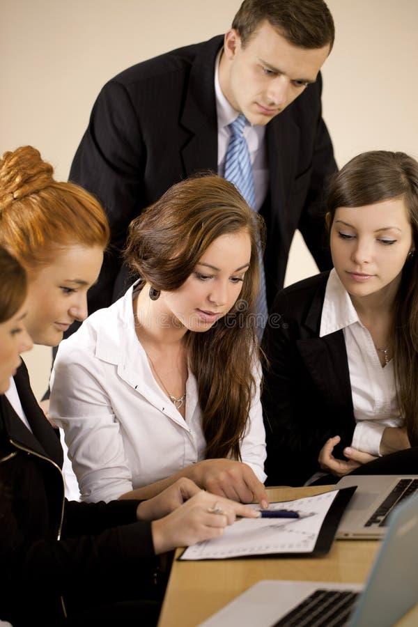 Team die met de grafiek in het bureau werken royalty-vrije stock afbeeldingen