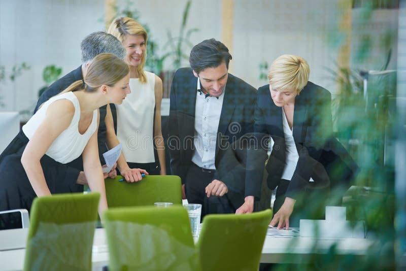 Team die planning in bureauvergadering doen stock afbeelding