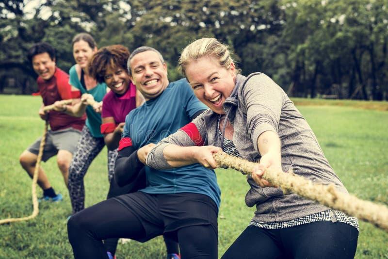 Team die in touwtrekwedstrijd concurreren royalty-vrije stock foto's