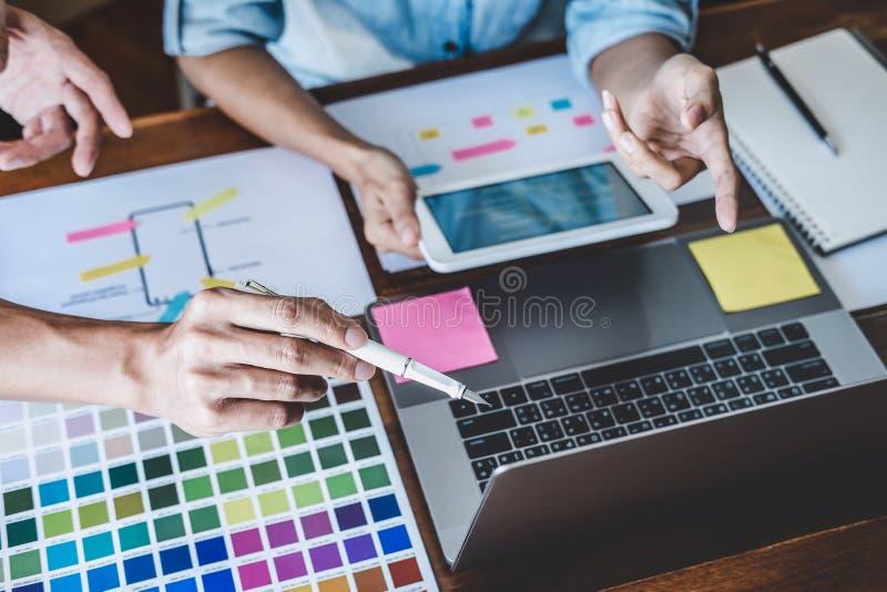 Team die van Creatief Web/Grafische Ontwerper planning, website ux app voor mobiel van de telefoontoepassing en ontwikkeling malp royalty-vrije stock afbeelding