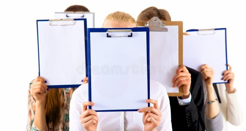 Team die van zakenlui omslagen houden dichtbij gezicht op witte achtergrond stock fotografie