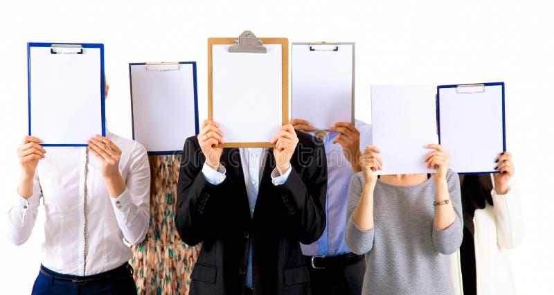 Team die van zakenlui omslagen houden dichtbij gezicht op witte achtergrond stock foto's