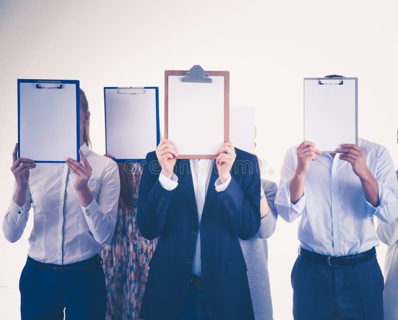 Team die van zakenlui omslagen houden dichtbij gezicht op witte achtergrond businesspeople royalty-vrije stock fotografie