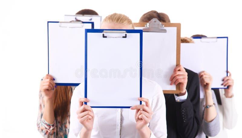 Team die van die zakenlui omslagen houden dichtbij gezicht op witte achtergrond wordt geïsoleerd businesspeople stock afbeeldingen