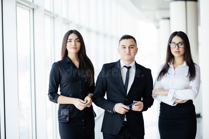 Team die zich in bureauzaal bevinden, teamleider vooraan De bedrijfsmensen lopen in de bureauzaal op de zonachtergrond royalty-vrije stock foto's