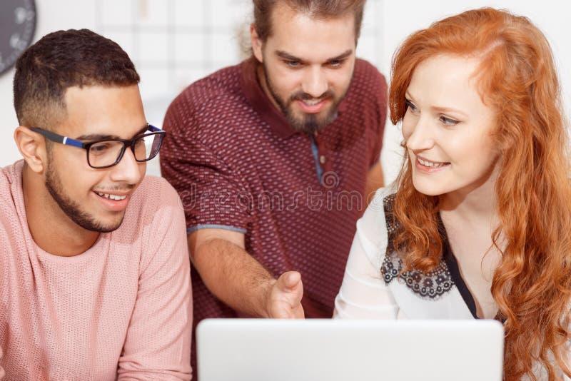 Team el trabajo en la computadora portátil imagenes de archivo