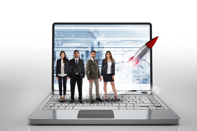 Team em um portátil grande com um foguete pronto para começar Conceito da partida e da inovação rendição 3d imagem de stock royalty free