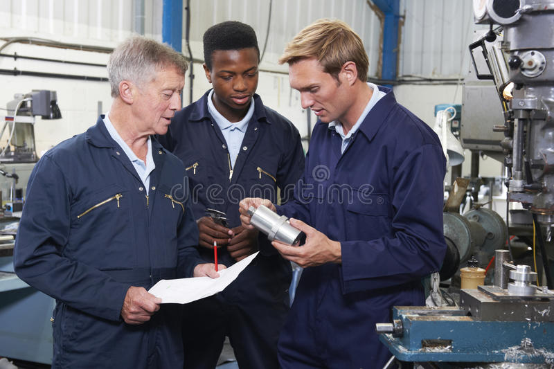 Team Of Engineers Having Discussion dans l'usine image stock