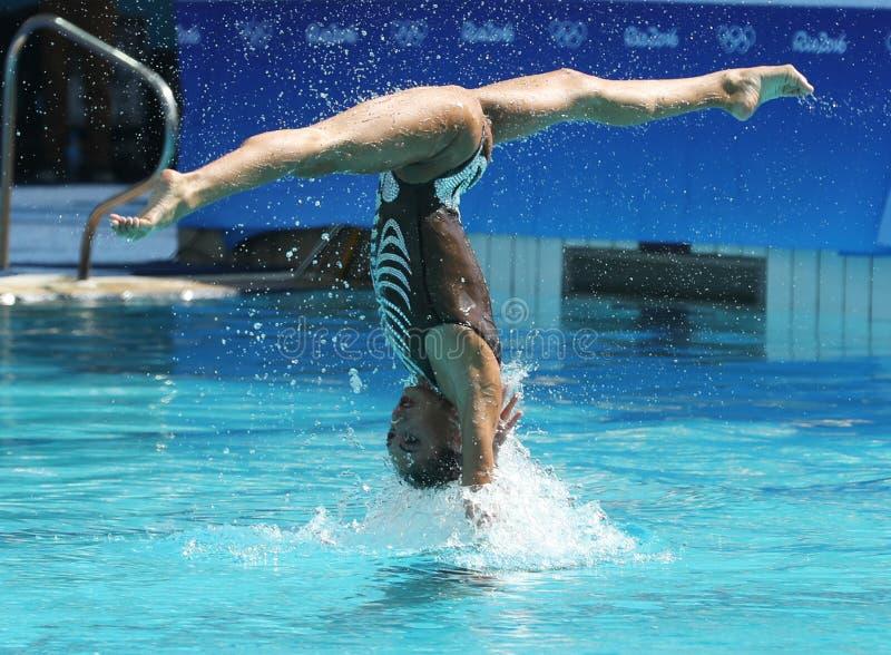 Team Greece dans l'action pendant les duos de natation synchronisée libèrent la concurrence préliminaire de routine de Rio 2016 J photo libre de droits