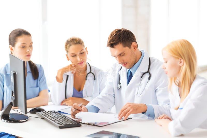 Team of groep artsen het werken stock foto