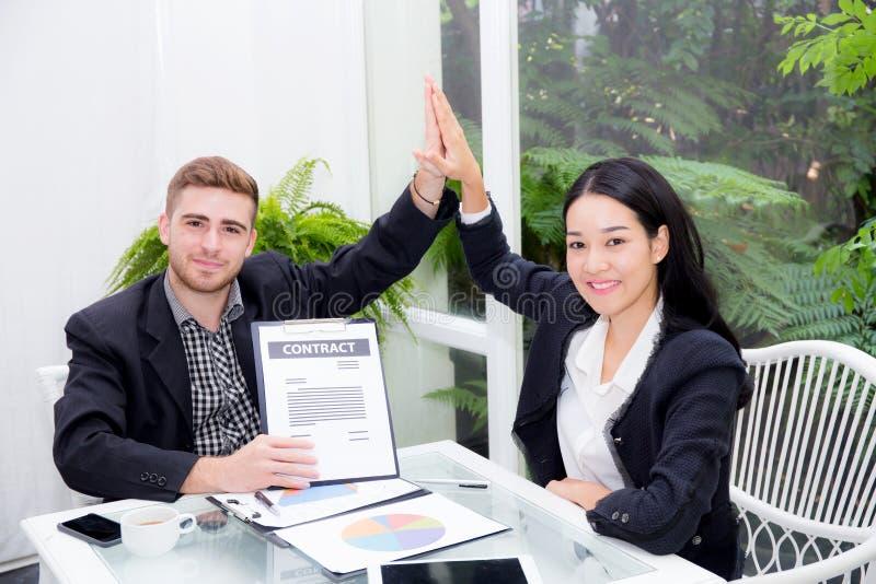 Team homem e mulher tocantes da mão cinco dos empresários olá! com reunião de sorriso para a celebração no escritório imagens de stock