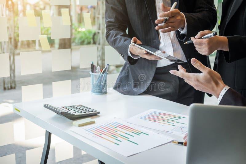 Team il processo, consulente aziendale che analizza le figure finanziarie denot immagine stock